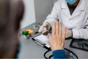Как можно отказаться от прививки от коронавируса на работе в России